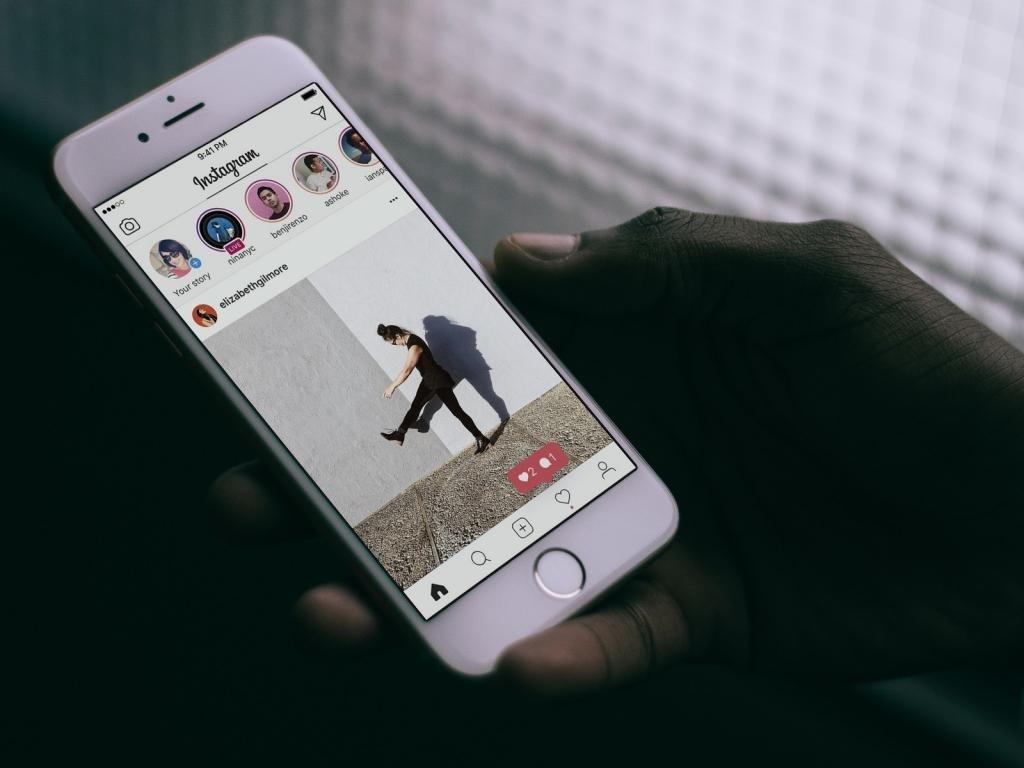 Пользователь листает ленту в Инстаграме.