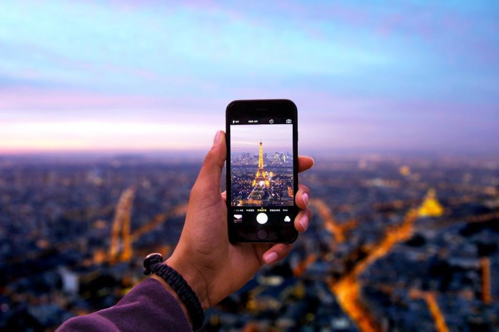 Человек фотографирует с помощью приложения.